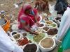 Frau verkauft Gewürze